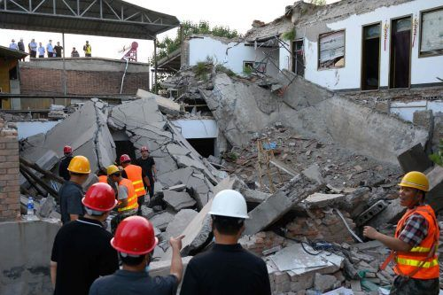 Rund 840 Einsatzkräfte suchten unter den Trümmern nach Verschütteten. AFP