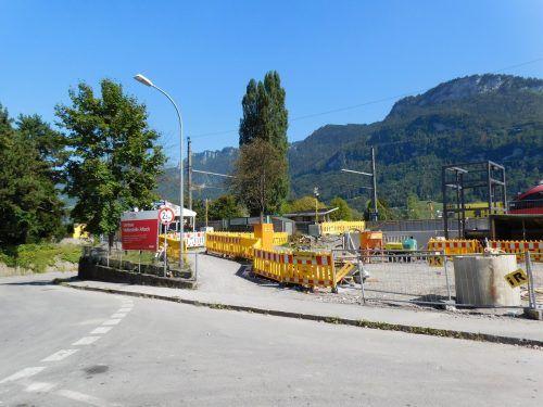 Seit Baubeginn im Frühjahr hat sich auf der Baustelle beim Bahnhof Altach einiges getan. Mäser