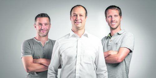 """Simon Hefel (M.) mit Jürgen Mattivi und Robert Nigsch: """"Für uns sind Absolventen der HTLs wichtig."""" Hefel Technik"""