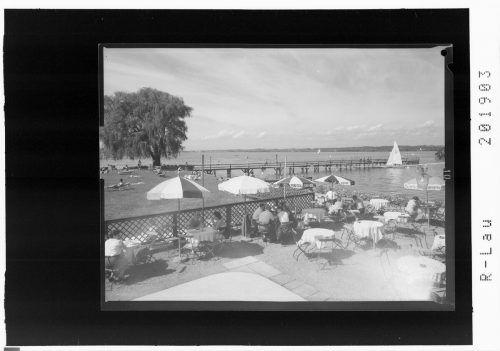 Sommervergnügen vor 60 Jahren unter den Sonnenschirmen.