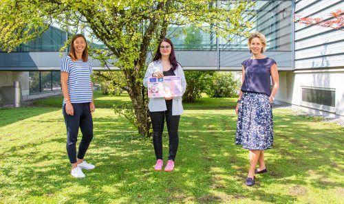 Spar-GF Carina Pollhammer (r.) und PL Martina Hagen (l.) gratulieren Laura Anna Sargant.