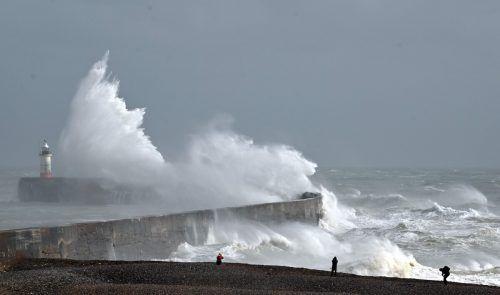 Sturm Francis sorgte in Newhaven an der Südküste Englands für meterhohe Wellen. AFP