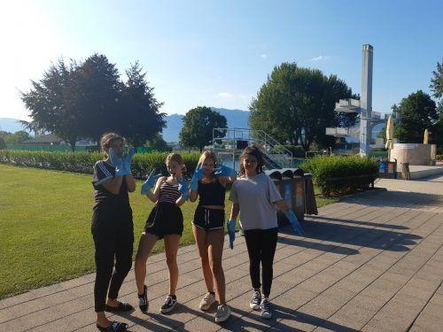 Sümeyra, Sherine, Alena und Ela auf ihrer Abfallsammeltour. Gemeinde