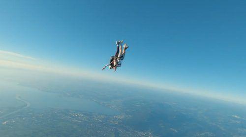 Szene aus dem Video: Andre Burtscher rauscht gen Erde, um seine Stimme abzugeben.jugendornbirn/team Alaive