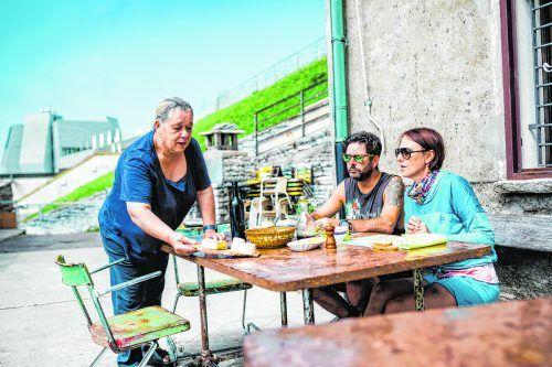 Tradition am Monte Generoso: Formaggini-Königin Marisa Clericetti beim Bewirten der Gäste. Schweiz Tourismus/Ivo Scholz