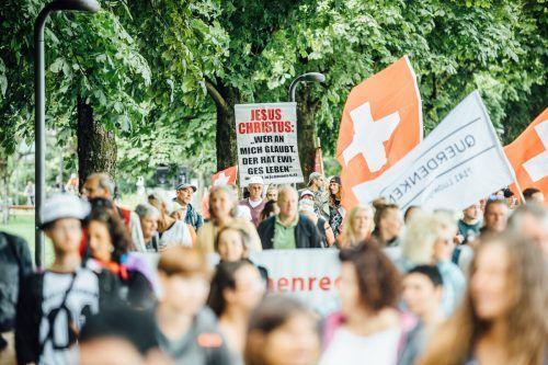 Unterschiedliche Altersklassen und verschiedene politische Positionen versammelten sich bei der Querdenken-Demo. VN/sams