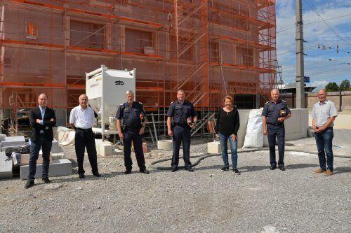 Vertreter von Stadt und Polizei vor dem neuen Bundespolizeigebäude, das hinter dem Bahnhof entsteht.Stadt