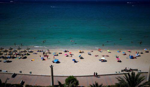 Viele Touristen haben sich aus Mallorca verabschiedet. Urlauber aus Österreich müssen bei der Rückkehr nun strengere Einreiseregeln beachten.  reuters