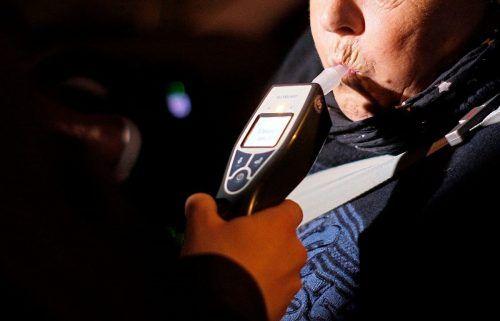 Ein beim Autofahrer durchgeführter Alko-Test ergab 1,5 Promille. SYMBOL/APA