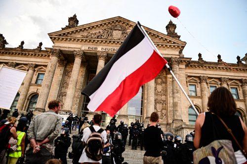 Vor dem Sitz des Bundestags wurden auch schwarz-weiß-rote Reichsflaggen geschwenkt. APA