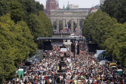 Zahlreiche Menschen hielten sich am 1. August nicht an Abstandsregeln und trugen keine Maske. AP