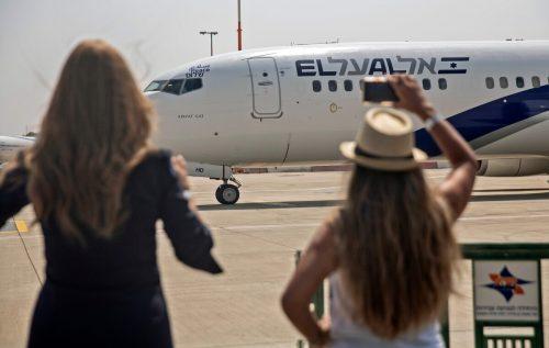 Zwei Zuschauerinnen fotografieren das israelische Flugzeug kurz vor dem Start am Ben- Gurion-Flughafen.AFP
