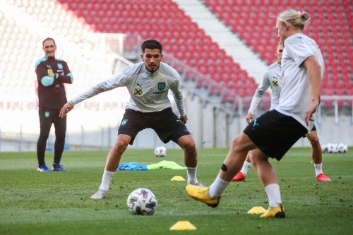 Adrian Grbic wird beim Training mit dem österreichischen Nationalteam von ÖFB-Co-Trainer Thomas Kristl genau beobachtet.Gepa