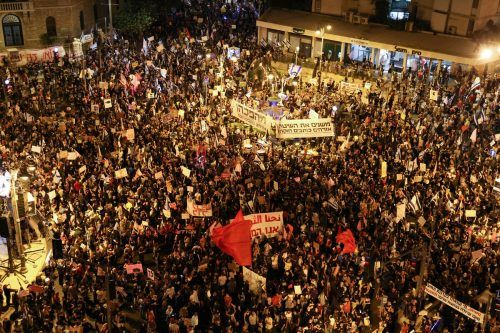 Am Samstagabend kam es in Jerusalem und anderen Orten wieder zu Demonstrationen gegen den rechtskonservativen Ministerpräsidenten Benjamin Netanyahu und neue Corona-Beschränkungen. AFP
