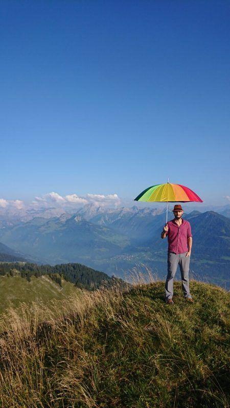 An seinem 35. Geburtstag fiel die Entscheidung: Christian Fuggi machte sich auf die Wanderschaft, ausgestattet mit Regenbogen-Schirm und -Band.bi