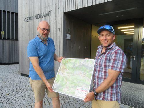 Andreas Breuß und Kristian Purcell kümmern sich seit Kurzem in Lorüns um die Instandhaltung der Wanderwege.Gemeinde