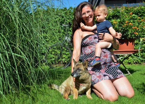 Aniko Cseresnyes, Sohn Noah und Hündin Momo, die eigentlich ein Chihuahua sein sollte.  HRJ
