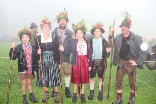 Anita und Stefan Maier aus Dornbirn mit ihren Kindern sowie Alpmeister Thomas Fitsch sind mit dem Alpsommer sehr zufrieden.STR