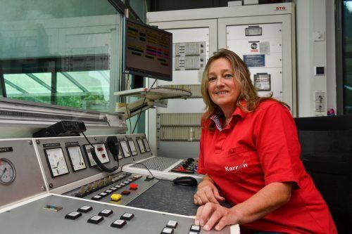 Anni Kaufmann am Maschinistenpult der Karrenseilbahn Dornbirn.  VN/Lerch