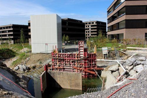 Nach dem Abbruch wird auch die kleine Straßenbrücke am Kugelbeerweg gleich vor dem weißen Kubus am Eingang zum neuen Ortsteil Seedomizil wieder neu instand gesetzt. bms/2