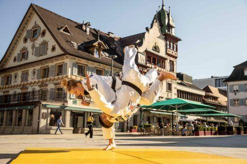 Auf dem Marktplatz in Dornbirn packte Anna-Lena Schuchter gegen Vache Adamyan ihre Technik aus.Shourot/2