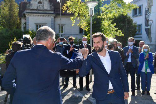 Auf dem Rathausvorplatz nahm Simon Tschann unter dem Beifall seines Teams die Gratulationen entgegen.