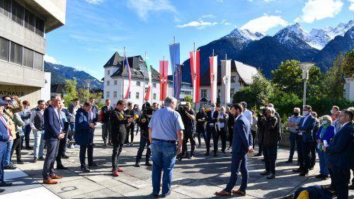 Auf dem Rathausvorplatz verkündete Noch-Bürgermeister Mandi Katzenmayer das Wahlergebnis und informierte über die aufgetretenen Ungereimtheiten.VN/Lerch