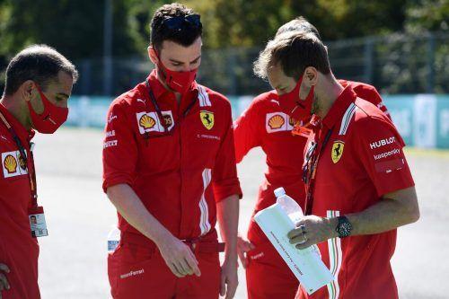 Auf die Ferrari-Crew rund um Sebastian Vettel (r.) wartet in Monza viel Arbeit.afp
