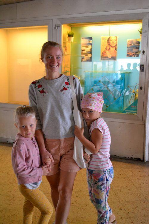Barbara Pitscheider mit ihren Töchtern Veronique und Theresa.