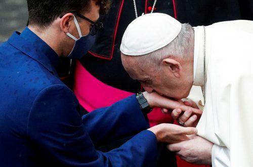 Bei der Generalaudienz hat der Papst fünf Neupriestern die Hände geküsst. rts