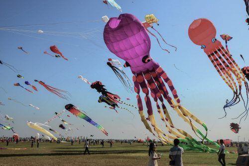 Beim internationalen Drachen-Festival im chinesischen Weifang lassen Besucher fantasievolle Drachen steigen. AFP