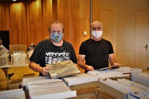 Bernd und Jürgen stöbern bei der Austria Vinyl Schallplatten- & CD-Börse.Emir T. Uysal