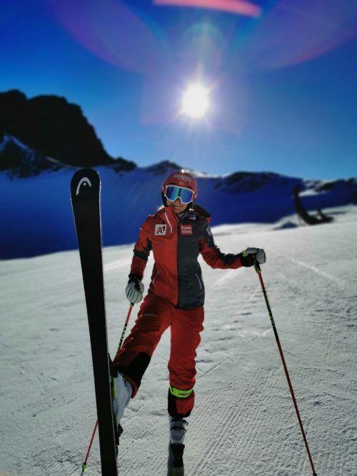 Blauer Himmel, Sonne und mit Skiern am Schnee: Ariane Rädler.