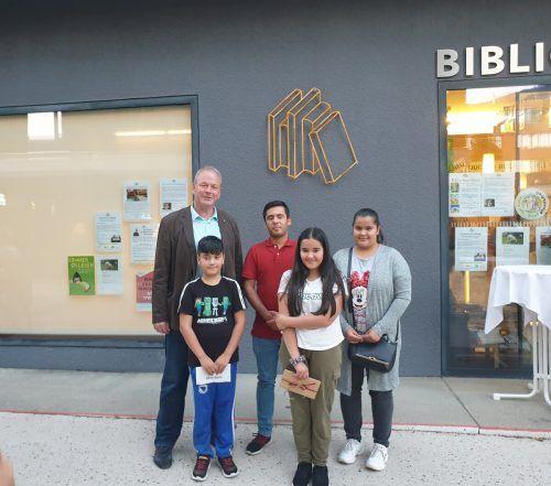 Bürgermeister Christian Loacker mit den Gewinnern des Schreibwettbewerbs. Bibliothek Götzis