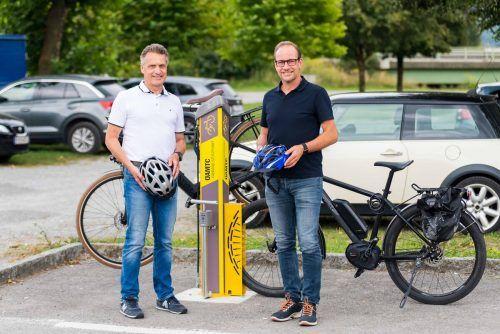 Bürgermeister Dieter Egger und ÖAMTC-Direktor Michael Kubesch freuen sich über die hohe Radler-Frequenz an der Station in den Rheinauen. ÖAMTC