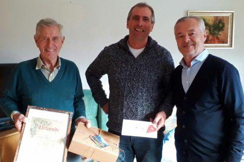 Bürgermeister Gerhard Steurer (r.) und Ralph Broger bedankten sich stellvertretend für die Sonderdacher beim langjährigen Obmann. stp/2