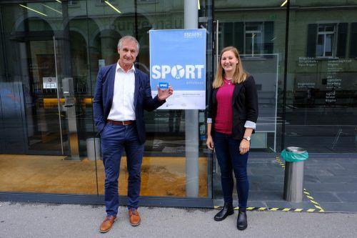 Bürgermeister Markus Linhart und Julia Sagmeister von der Dienststelle Gesundheit und Sport präsentierten den ersten Sportschulpass. Stadt Bregenz)