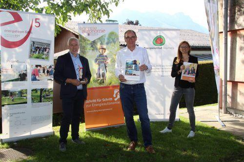 Bürgermeister Thomas Lampert, Landesrat Johannes Rauch und Carmen Jungmayr vom Energieinstitut Vorarlberg. He