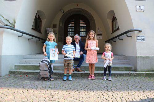 Bürgermeister Wolfgang Matt mit den strahlenden Gewinnern.Stadt