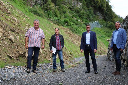 Der zuständige Stadtrat Daniel Allgäuer (2. v. r.) und Bürgermeister Wolfgang Matt (ganz rechts) ließen sich die umgesetzten Maßnahmen zeigen. Stadt