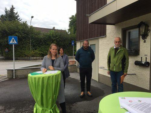 Christine Bösch-Vetter (v.l.), Eveline Mairer, Simon Vetter und Manfred Hagen präsentieren ihre Themen vor der Gemeindewahl.VN-pes
