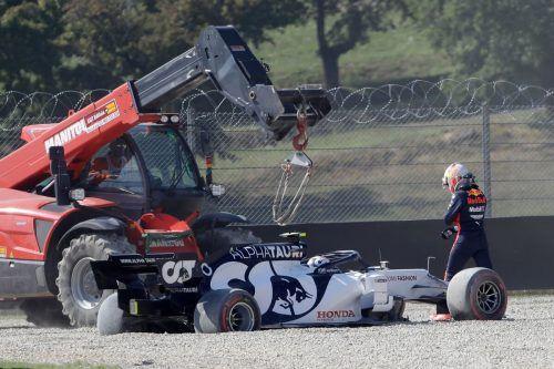 Crash-Grand-Prix der Toskana: Hier beobachtet Max Verstappen wie der AlphaTauri von Pierre Gasly abgeschleppt wird.Reuters