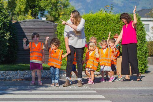 Die neon-orange-farbene Warnweste sorgt auch bei Dämmerung und Dunkelheit für eine gute Sichtbarkeit von Kindergärtlern.