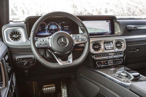 Das Cockpit ist eingerichtet mit all der Digitaltechnik, die zeitgemäß ist, man kennt sich trotzdem sofort aus.