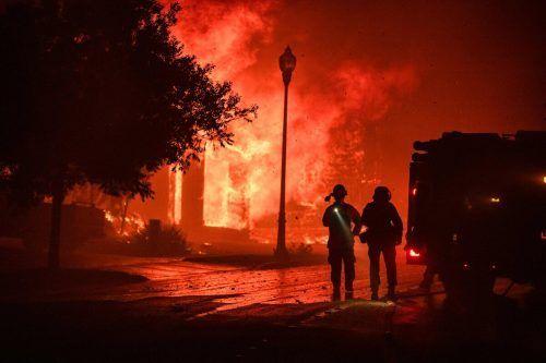 Das Feuer hat den Ort Santa Rosa erreicht. Gebäude stehen in Flammen. AFP