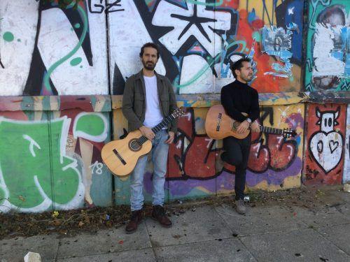 Das Duo Outguitar tritt im Spielboden auf.VA