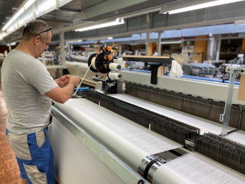 Das Schwarzacher Textilunternehmen hat in einen extrabreiten Webautomaten investiert und sichert so Arbeitsplätze und Wertschöpfung im Land. Fa