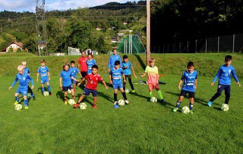 Das U10-Team (Jg. 2011) mit den Trainern Willi Hörburger und Amir Ahmadi. bms/2