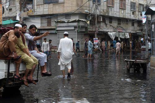 Das Wasser steht in der Metropole immer noch bis zum Knöchel. AFP