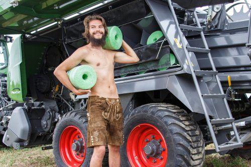 David Simma ist nicht nur jung und knackig, er kann auch anpacken. Der 25-Jährige hat den Hof seiner Eltern übernommen. jungbauernkalender.at